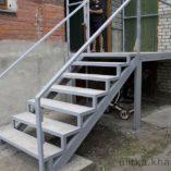 Крыльцо с бетонными ступеньками