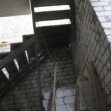 Каркас лестницы сделан из металла