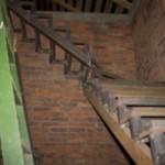 Лестница вдоль стены