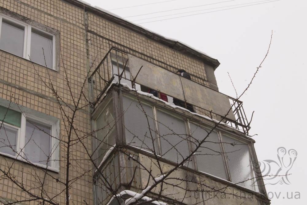 Козырек из профлиста над балконом в харькове.
