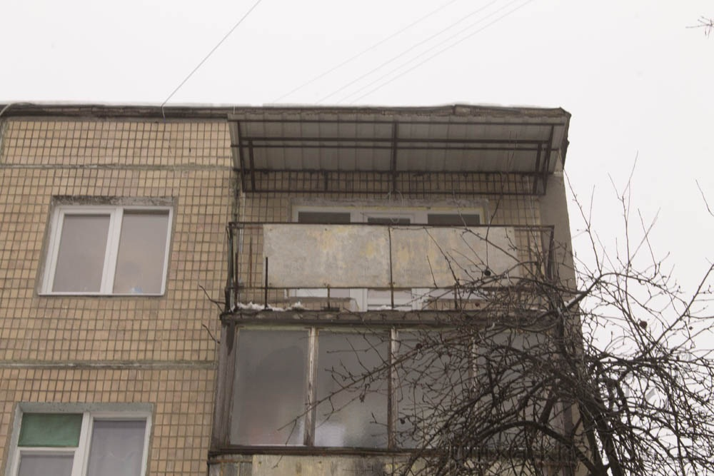 Изготовление и установка козырька над балконом в харькове.