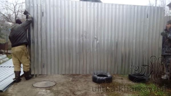 Ворота гаража ставятся на место