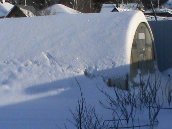 Нужно ли открывать теплицу на зиму