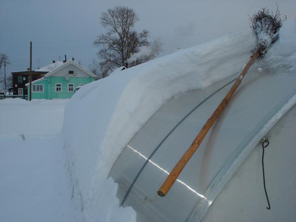 Чистка снега с теплицы из поликарбоната метлой