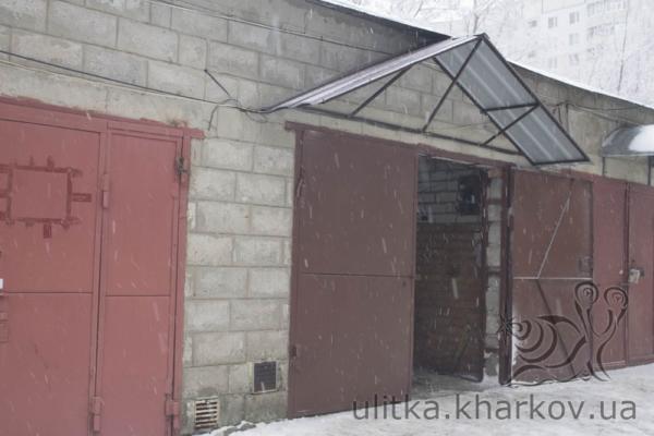 Козырек из профнастила над гаражом