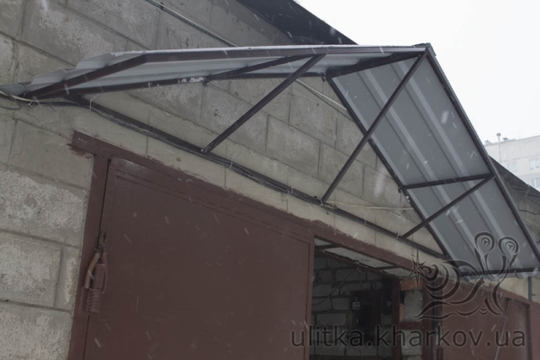 Козырек защищает от снега и дождя