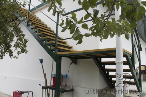 Каркас лестницы был покрашен в зеленый цвет