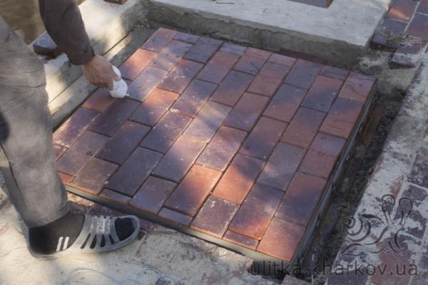 Отделка погреба тротуарной плиткой Кирпичик
