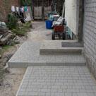 Укладка тротуарной плитки в частном дворе